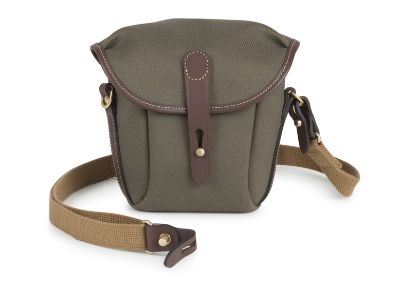 lornetka w brazowej torbie na pasku